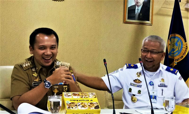 Gubernur Lampung M. Ridho Ficardo dan Dirjen Perkeretaapian, saat rapat di Kantor Kemenhub, Jakarta, Senin 10 Juli 2017.