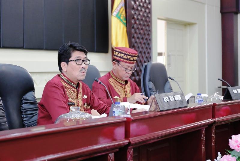 Asisten Bidang Administrasi Umum Hamartoni Ahadist (kiri) saat memimpin rapat persiapan Memperingati HUT RI ke- 72 Tahun 2017 Provinsi Lampung, di Gedung Pusiban Kantor Gubernur Lampung, Kamis 27 Juli 2017