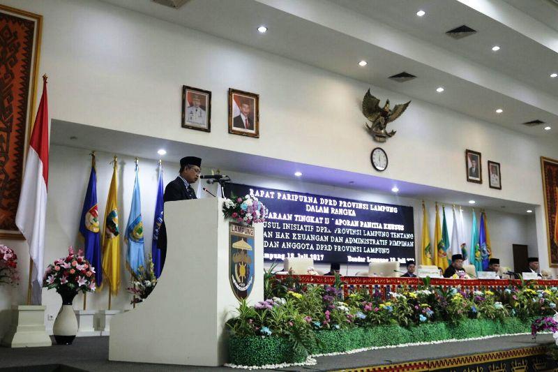 Sekretaris Daerah Provinsi Lampung Sutono di Ruang Sidang Paripurna DPRD Provinsi Lampung, Selasa 18 Juli 2017.