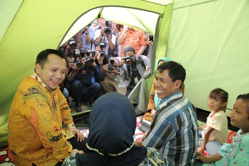 Gubernur Lampung M.Ridho Ficardo berkeliling saat menyambangi salah satu tenda peserta kegiatan Kemah Keluarga Indonesia, di PKOR Way Halim, Bandar Lampung, Kamis 13 Juli 2017 siang.