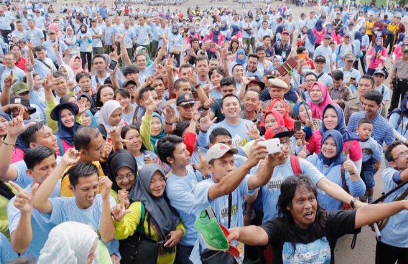 Gubenur Lampung Muhammad Ridho Ficardo bersama para peserta senam germas di Lapangan Enggal Bandar Lampung, Jumat 14 Juli 2017