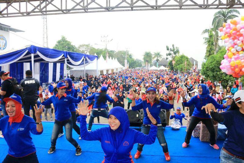 Ribuan masyarakat memadati PKOR Wayhalim Bandar Lampung untuk melaksanakan senam Germas yang diselenggarakan guna memperingati Hari Hepatitis Sedunia di PKOR Wayhalim pada Minggu pagi, 30 Juli 2017