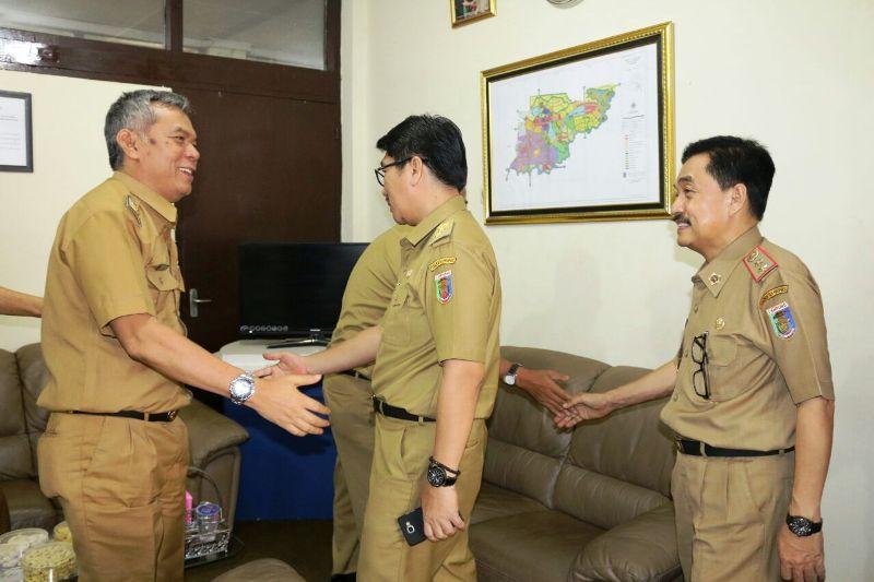 Asisten Bidang Administrasi Umum Hamartoni Ahadis didampingi Kadis Kominfo dan Statistik A. Chrisna Putra saat melakukan sidak.