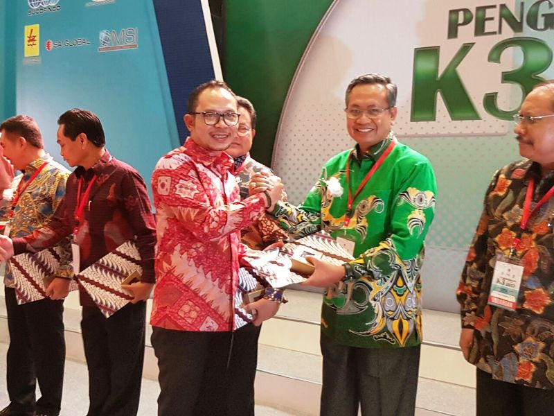 Sekretaris Provinsi Lampung, Sutono mewakili Gubernur Lampung M. Ridho Ficardo pada acara penganugerahan Penghargaan Pembina K3 Tingkat Nasional Tahun 2017.
