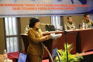 Staf Ahli Bidang Pemerintahan, Hukum dan Politik, Theresia Sormin saat membuka Bimtek di Batiqa Hotel, Selasa 25 Juli 2017