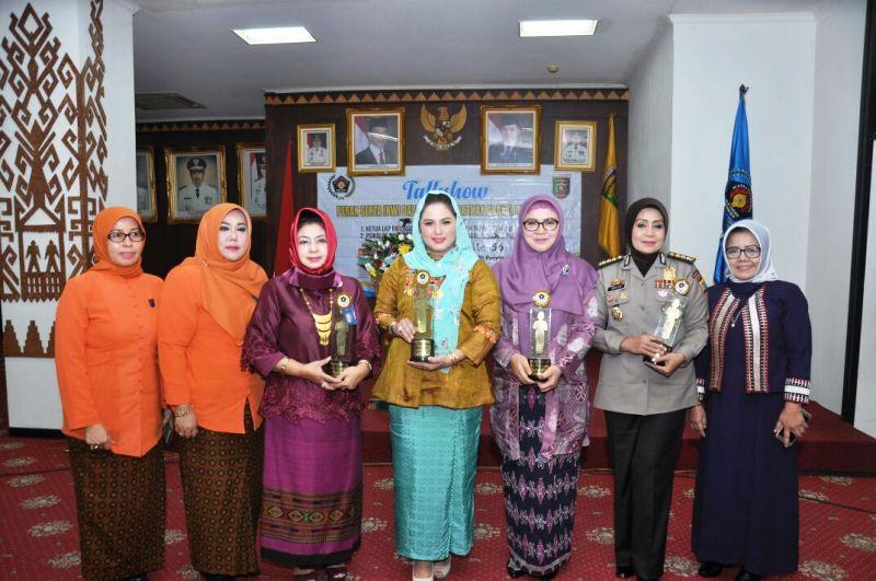 Ketua Tim Penggerak PKK Provinsi Lampung, Aprilani Yustin Ridho Ficardo bersama para penerima penghargaan IKWI lainnya di Ruang Abung Balai Keratun, Kamis 27 Juli 2017
