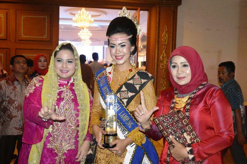 Juara I Muli Lampung 2017 Chaniffatussa'adah Yulia (tengah) bersama Ketua TP PKK Yustin Ridho Ficardo (kiri) dan Kabid Humas Polda Lampung Kombes (Pol) Sulistyaningsih (Kanan)