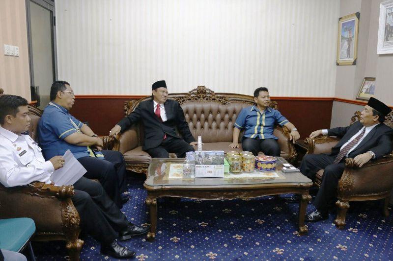 Asisten II Sekprov Lampung, Adeham (kanan), saat menerima audiensi BPJS Ketenagakerjaan Provinsi Lampung Bidang Jasa Konstruksi, Rabu 16 Agustus 2017
