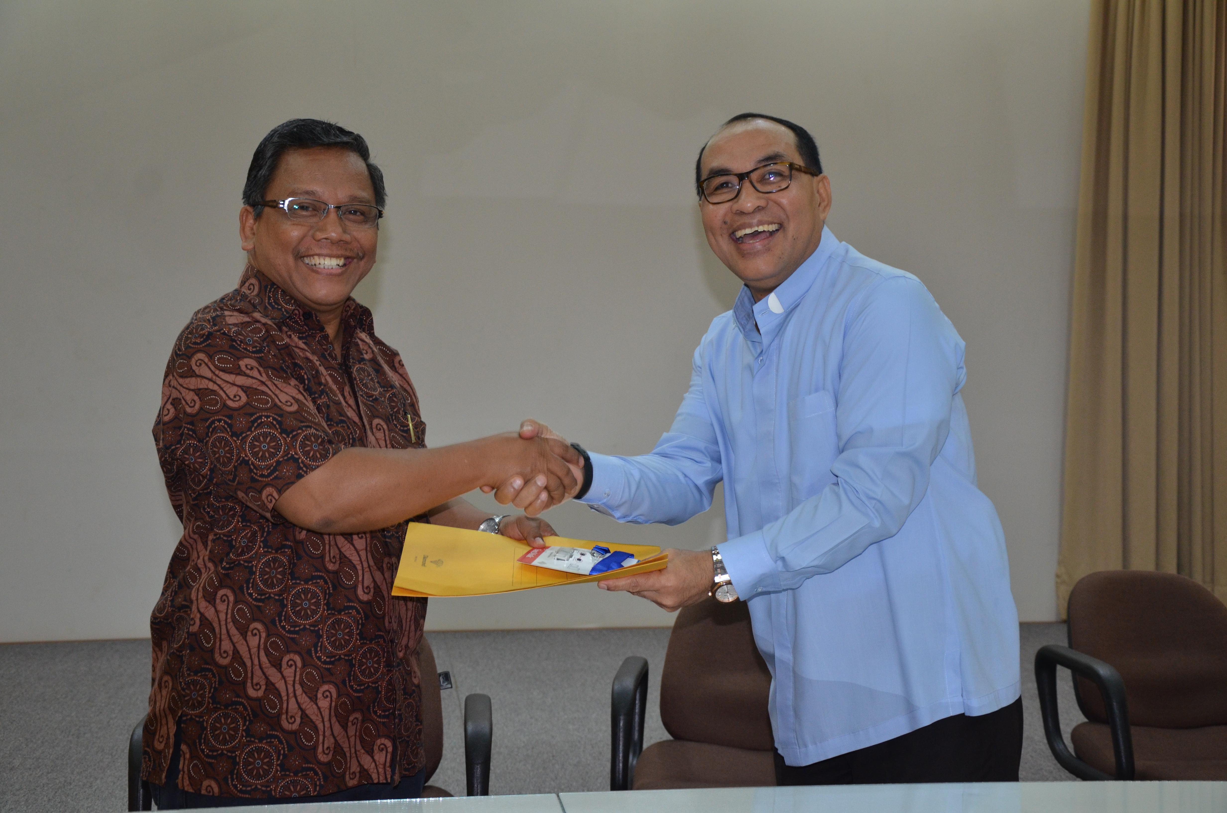 Serah terima jabatan Komisi Seminari KWI dari RD. Siprianus Hormat kepada RD. Joseph Kristanto Suratman. (Yohanes Indra-dokpenkwi)