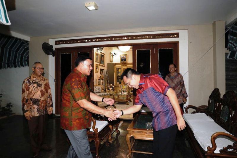 Mantan Gubernur Lampung Sjachroedin ZP saat bersilahturahmi dengan Gubernur Lampung Muhammad Ridho Ficardo di Mahan Agung, Bandar Lampung, Jumat 4 Agustus 2017