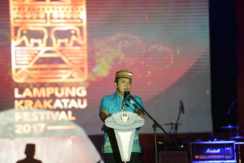 Gubernur Lampung M.Ridho Ficardo saat memberikan sambutan pada pembukaan Lampung Festival Krakatau 2017 yang dipusatkan di Lapangan Saburai, Enggal, Bandar Lampung, Jumat 25 Agustus 2017 malam.
