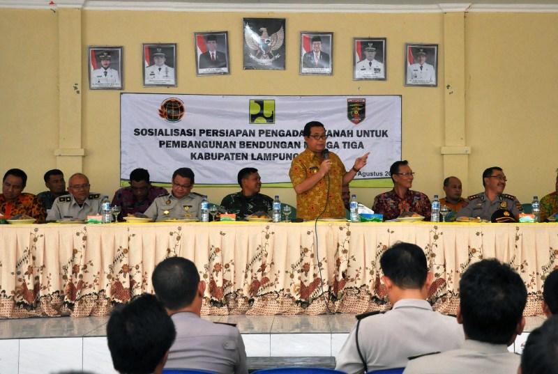Asisten Bidang Ekonomi dan Pembangunan Adeham di Aula Kantor Kecamatan Sekampung,  Lampung Timur, Kamis 24 Agustus 2017