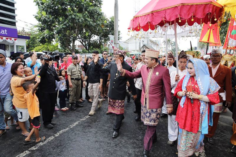 Gubernur Lampung M. Ridho Ficardo bersama istri Yustin Ridho Ficardo pada Parade Budaya Lampung Culture and Carnival , Sabtu sore 26 Agustus 2017.
