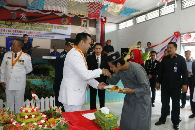 Gubernur Lampung Muhammad Ridho Ficardo menyerahkan remisi kepada 418 binaan Lapas Kelas I Rajabasa Bandar Lampung, Kamis 17 Agustus 2017.