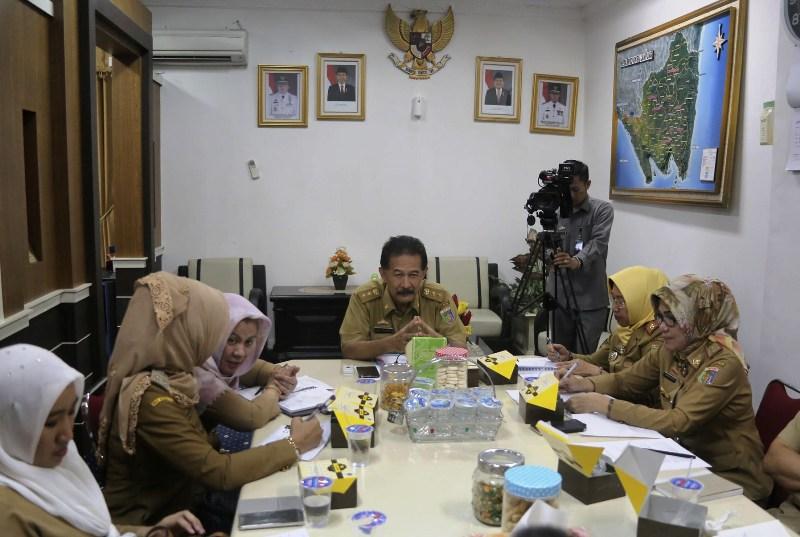 Asisten Pemerintahan dan Kesejahteraan Rakyat, Provinsi Lampung, Heri Suliyanto saat memimpin rapat persiapan pengajian akbar menyambut Hari Raya Idul Adha 1438 Hijriah di ruangannya, Selasa 22 Agustus 2017.