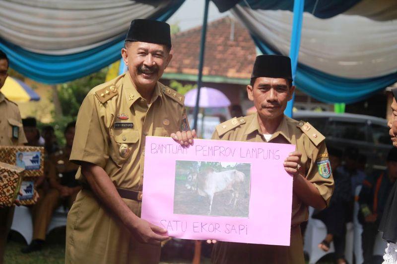 Asisten Bidang Pemerintahan dan Kesra Heri Suliyanto saat penyerahan bantuan di Desa Tulungagung, Kecamatan Gadingrejo, Kabupaten Pringsewu, Senin 28 Agustus 2017