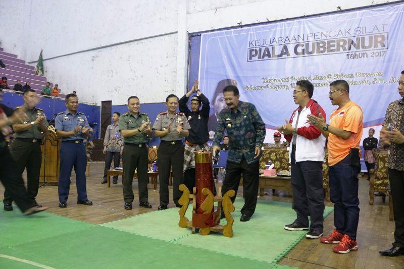 Asisten Pemerintahan dan Kesra, Hery Suliyanto saat membuka Kejuaraan Pencak Silat Remaja dan Dewasa Piala Gubernur tahun 2017, di GOR Saburai Bandar Lampung, Jumat 11 Agustus 2017