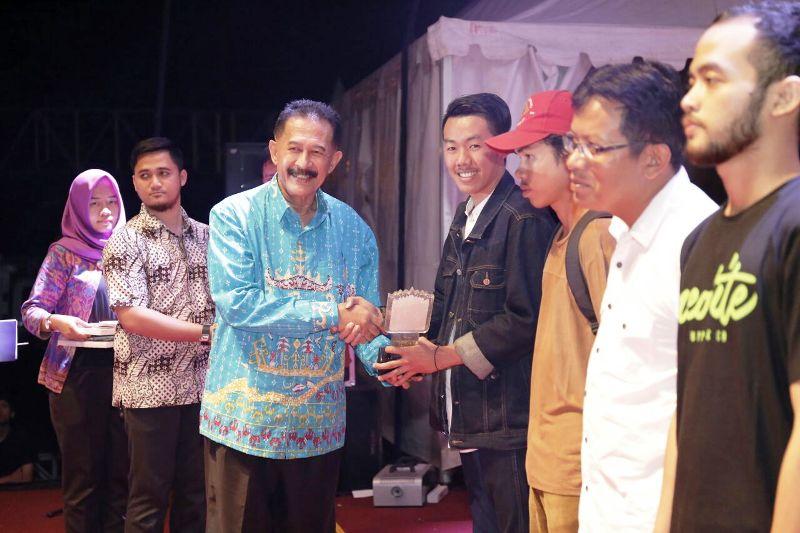 Asisten Bidang Pemerintahan dan Kesra, Hery Suliyanto saat secara simbolis memberikan hadiah kepada pemenang Lomba Cipta Puisi Nasional Krakatau Award 2017