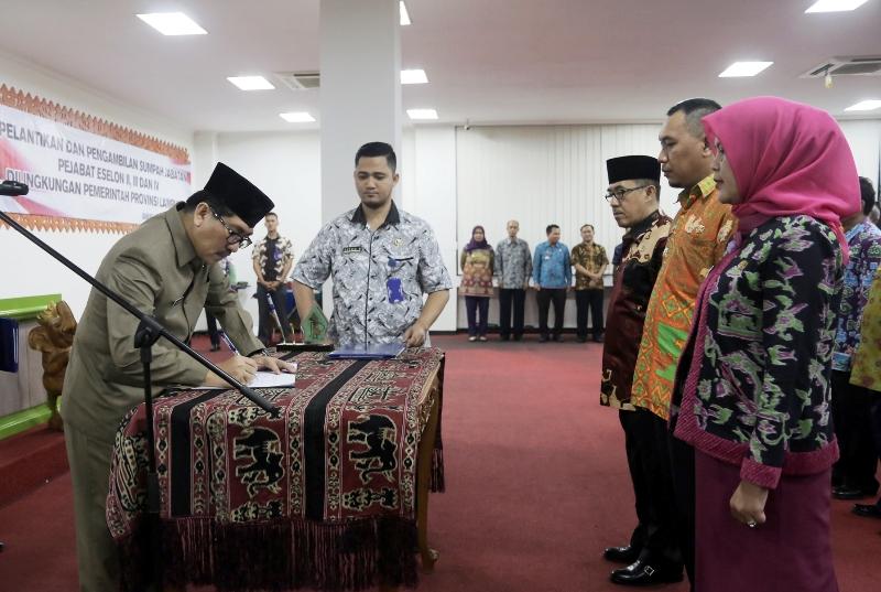Asisten Bidang Administrasi Umum Hamartoni Ahadis, saat melantik 220 pejabat eselon II, III, dan IV di lingkungan Pemerintah Provinsi Lampung dan kepala SMA/SMK, Jumat 11 Agustus 2017.