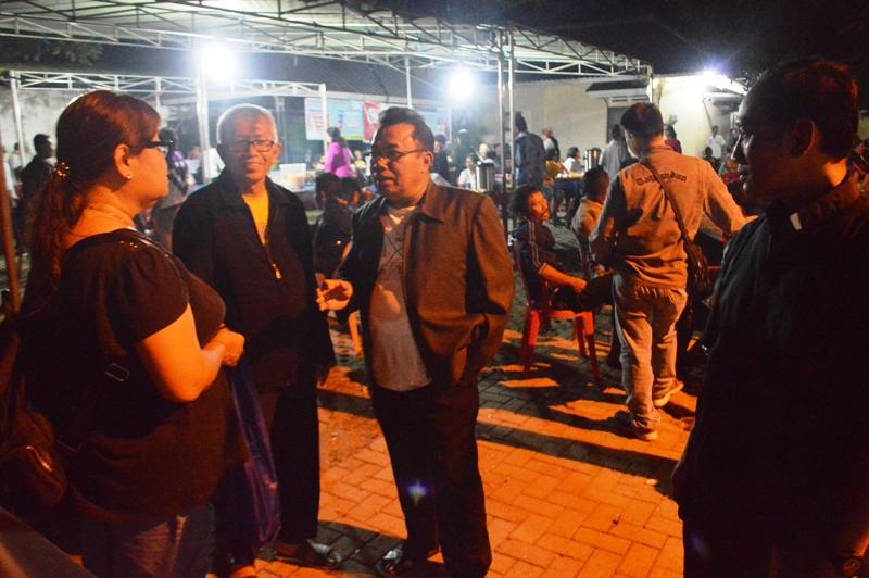 Romo Kepala Paroki Hati Kudus yang Maha Kudus Metro, Yohanes Avila Suryo W. SCJ (dua dari kiri) bersama Ketua DPP Paroki Michael Suyono (dua dari kanan) saat menyambut para pelayat di pastoran setempat, semalam, Sabtu 05 Agustus 2017