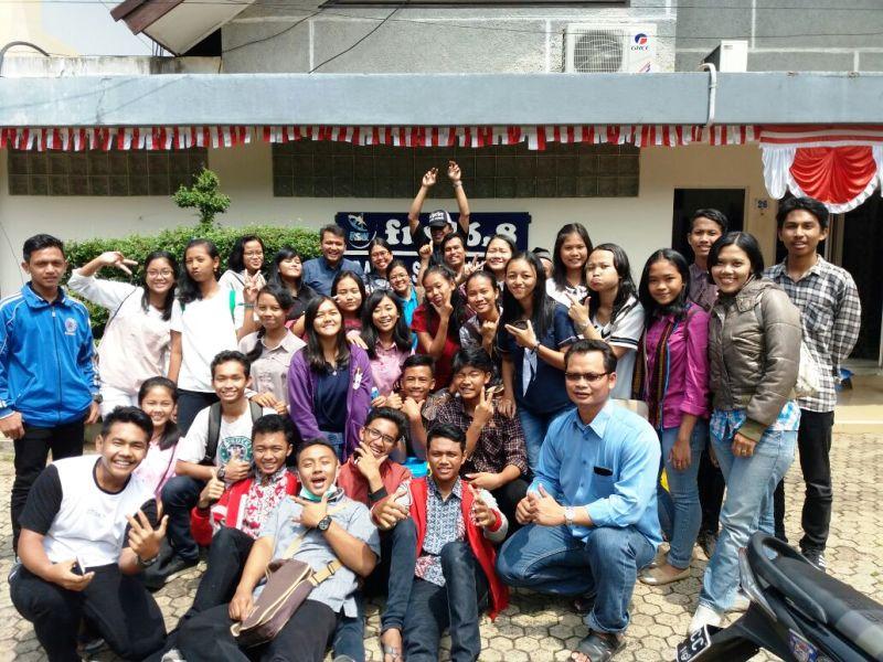 Para siswa-siswi SMP dan SMA Yos Sudarso Metro di depan halaman Radio Suara Wajar Bandar Lampung, Minggu 13 Agustus 2017