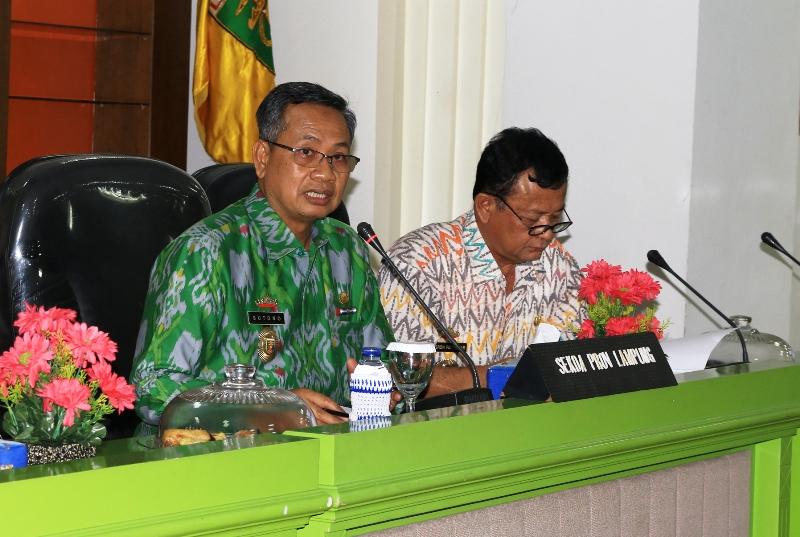 Sekretaris Daerah Provinsi Lampung Sutono saat memimpin rapat pemantapan pelaksanaan peringatan Hari Ulang Tahun (HUT) Kemerdekaan Republik Indonesia ke-72 di ruang sungkai Balai Keratun, Jumat 4 Agustus 2017