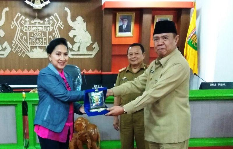 Wakil Gubernur Lampung Bachtiar Basri saat menyerahkan cinderamata pada Ketua Tim Kunjungan Spesifik Komisi VIII DPR RI Itet Tridjajati Sumarijanto