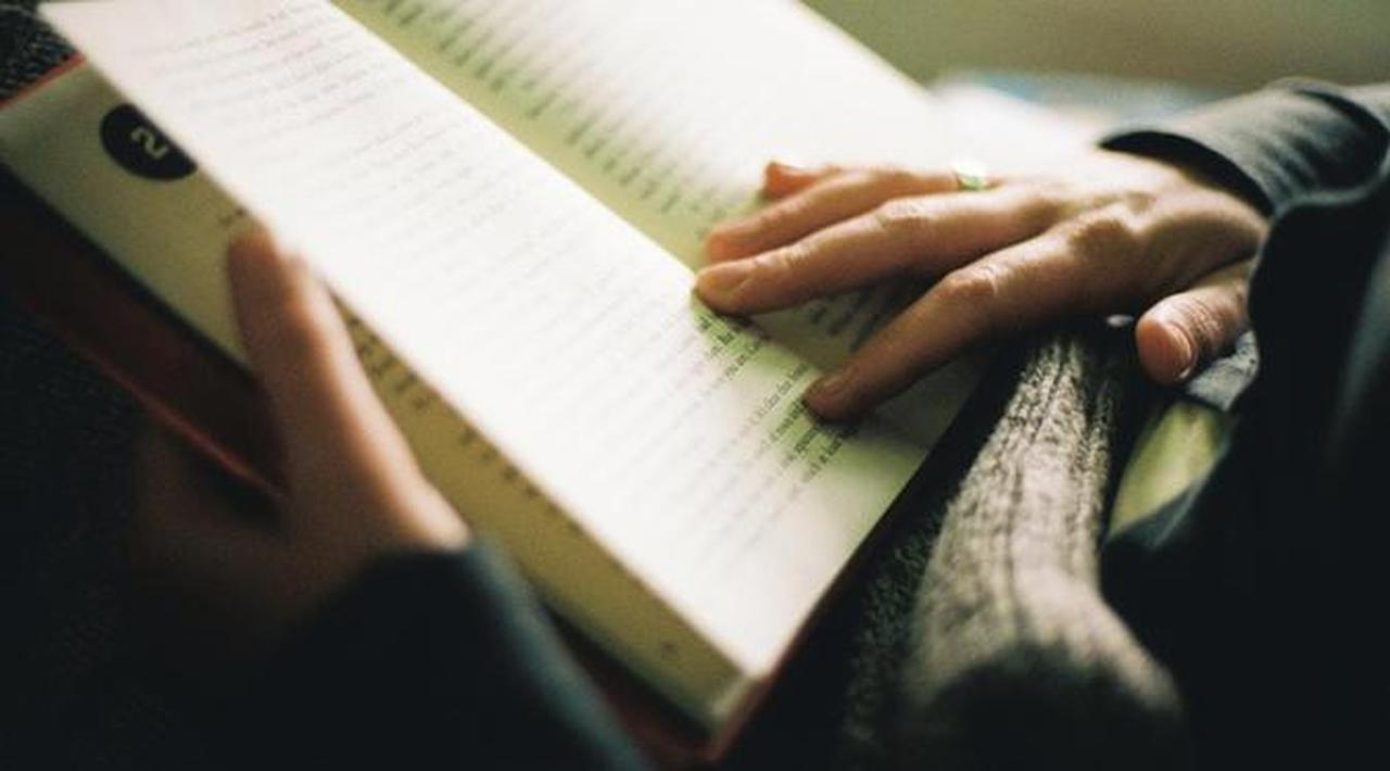 Membaca buku. Foto: Google