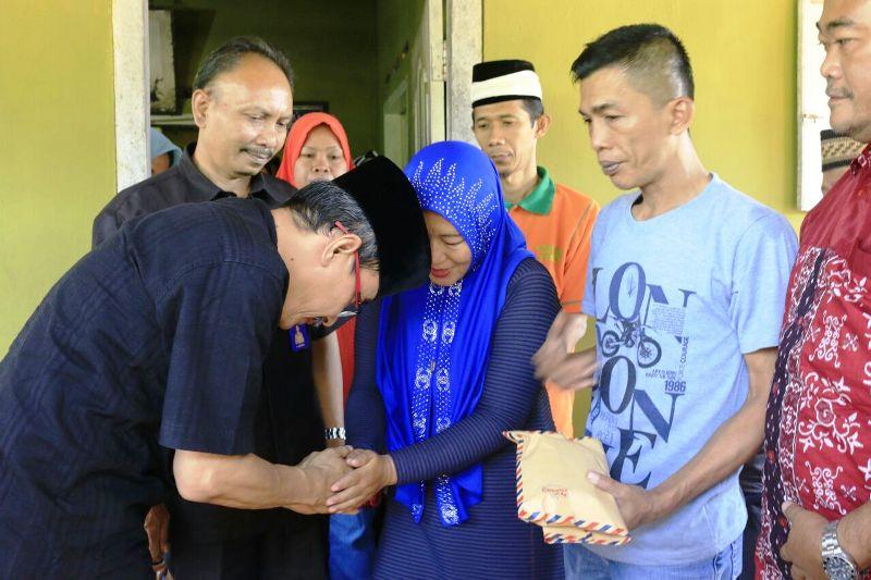 Direktur Diklat dan SDM RSUDAM, Arief Effendi saat meberikan uang duka pada Delvasari di kediamanannya Gedung Nyapah, Kecamatan Abung Timur, Lampung Utara, Kamis 21 September 2017.