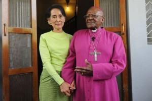 Aung San Suu Kyi bertemu dengan Desmond Tutu di Yangon, Myanmar, 26 Februari 2013. (AFP/Soe Than Win)