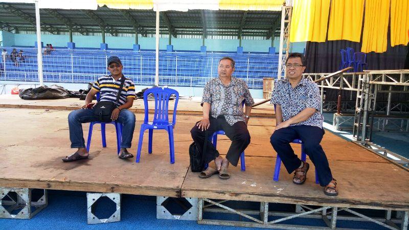 Mgr Adrianus Sunarko (kanan) saat meninjau persiapan tahbisan dirinya di Stadion Depati Amir Pangkalpinang, Kamis 21 September 2017. (Foto : Romo Yohanes Kurniawan Jati)