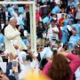 Paus Fransiskus melambai dari Popemobile saat ia tiba di Taman Simon Bolivar di Bogota untuk memberikan misa terbuka pada tanggal 7 September 2017. (RAUL ARBOLEDA)