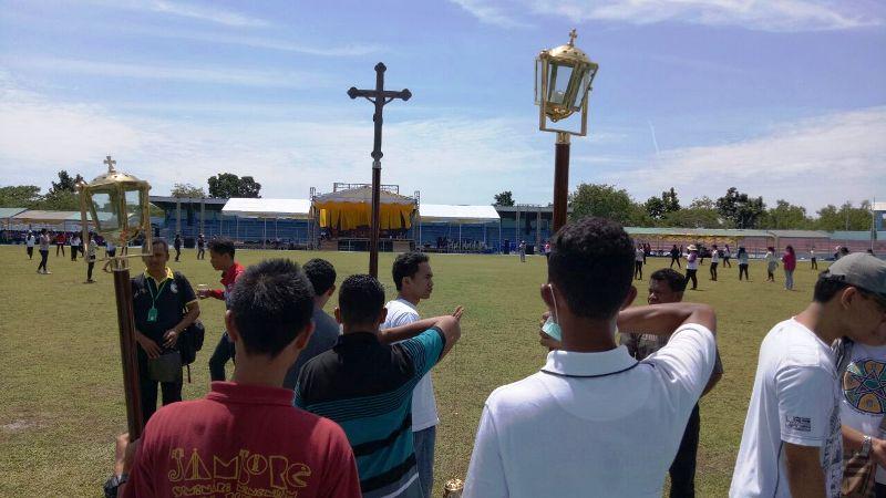 Kesibukan umat Keuskupan Pangkalpinang menyipakan acara tahbisan uskup barunya di Stadion Depati Amir Pangkalpinang, Kamis 21 September 2017. (Foto : Romo Yohenas Kurnaiawan Jati)