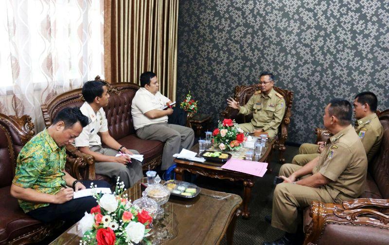Sekretaris Daerah Provinsi Lampung Sutono saat menerima audiensi Tim Peneliti Puslitbang Strahan Balitbang Kementerian Pertahanan RI, Senin 11 September 2017 di ruangannya.