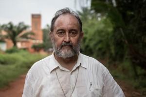 Uskup Juan Jose Aguirre Munoz mengatakan dirinya harus melindungi pengungsi Muslim dari kejaran milisi Kristen.