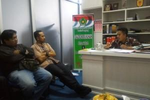 Kasubag Hukum dan Kerukunan Umat Beragama (KUB) Kantor Wilayah Kementerian Agama Provinsi Lampung Wasril Purnawan (kanan) saat berbincang dengan para jurnalis di katornya, Jumat 08 September 2017.
