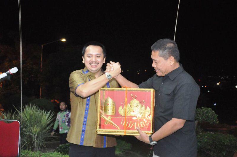 Gubernur Lampung M. Ridho Ficardo saat menyerahkan cinderamata pada Panglima Kodam II Sriwijaya Mayor Jenderal TNI AM. Putranto, S.Sos.