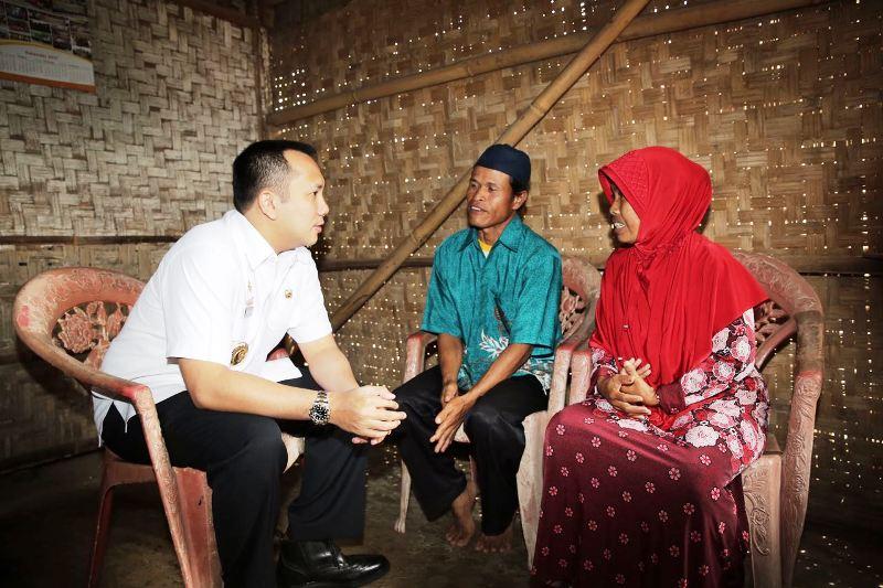 Gubernur Lampung Muhammad Ridho Ficardo saat mengunjungi Keluarga Masud (43), warga Desa Krawang Asri, Kecamatan Natar, Lampung Selatan, Rabu 27 September 2017.