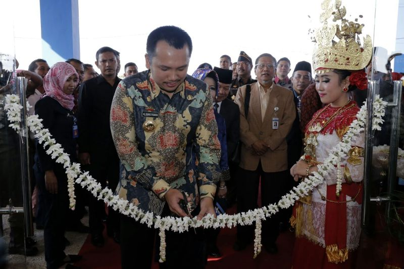 Gubernur Lampung Muhammad Ridho Ficardo saat menggunting pita tanda peresmian RSUD BNH di Kota Baru, Kecamatan Jatiagung, Lampung Selatan, Kamis 7 September 2017.