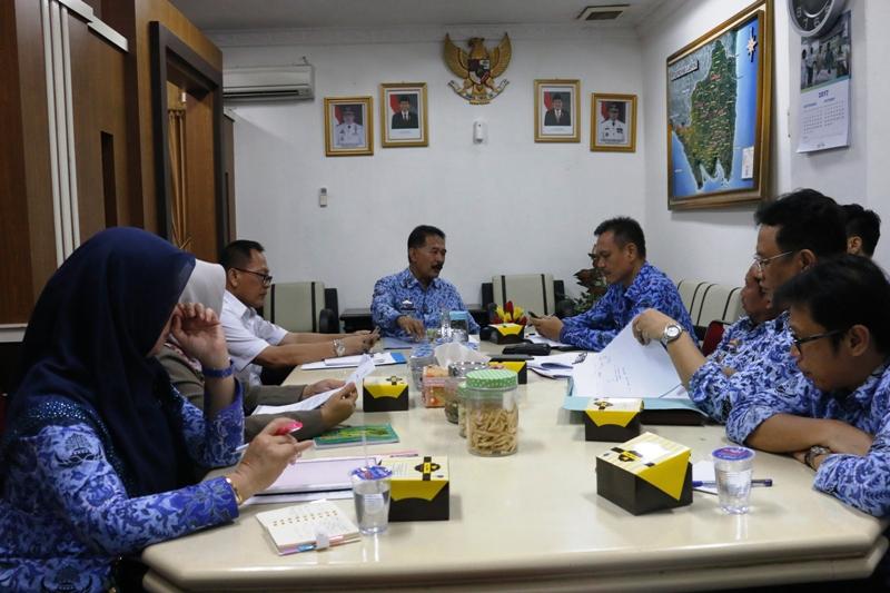 Asisten Pemerintahan dan Kesra, Hery Suliyanto saat memimpin rapat pada  Senin 18 September 2017.