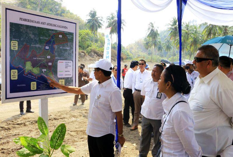 Menteri Badan Usaha Milik Negara (BUMN) Rini Mariani Soemarno saat berkunjung ke Pantai Teluk Nipah Unit Kebun Karet Bergen PT Perkebunan Nusantara (PTPN) 7 Kalianda, Lampung Selatan, Sabtu 23 September 2017.