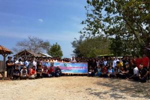 Uskup Keuskupan Tanjung Karang, Mgr. Yohanes Harun Yuwono bersama OMK Paroki Ratu Damai Teluk Betung di Pantai Tanjung Selaki, Tarahan, Lampung Selatan Minggu 17 September 2017.