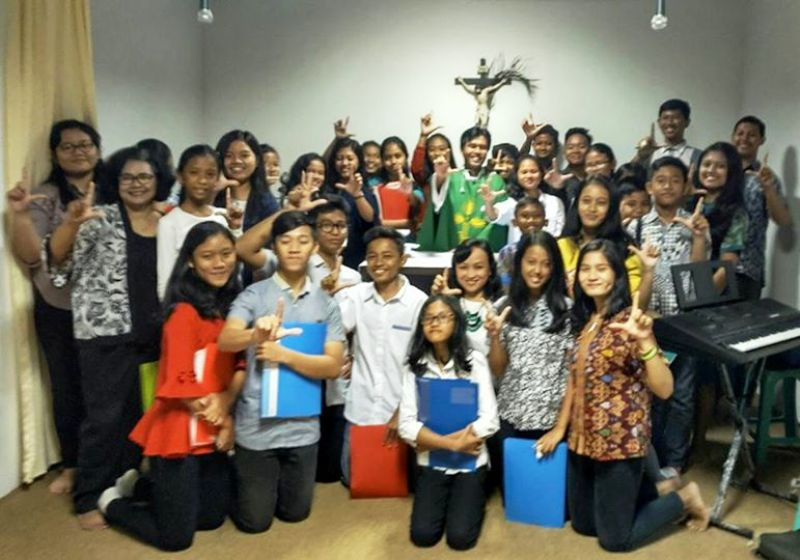 RP Yohanes Dwi Wicaksono, SCJ bersama Paduan Suara Geovani dari Paroki Yohanes Rasul Kedaton Bandar Lampung.