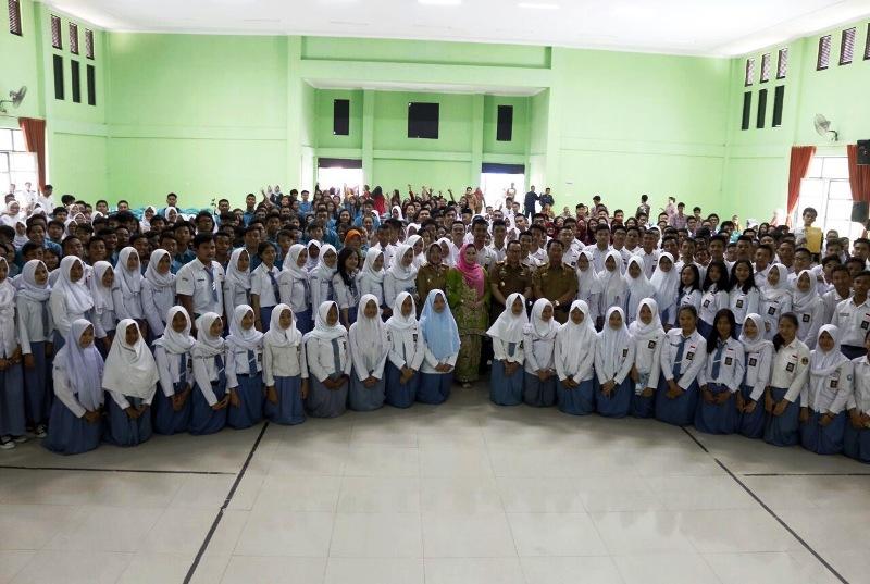 Duta Baca Provinsi Lampung Aprilani Yustin Ficardo bersama para peserta sosialiasi kearsipan personal (student file) di GSG SMA Negeri 2 Bandar Lampung, Selasa 5 September 2017.