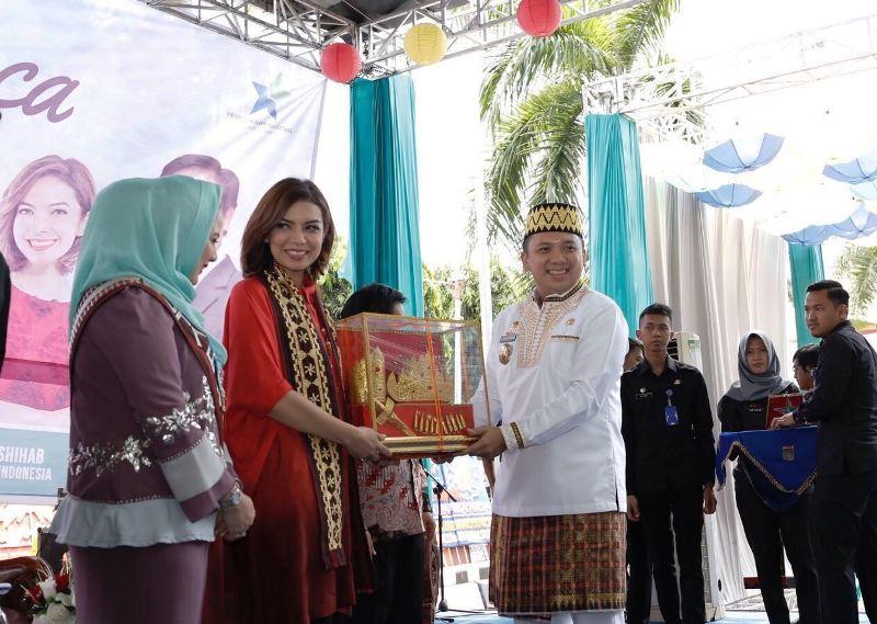 Gubernur Lampung Muhammad Ridho Ficardo saat memberikan cinderamata kepada Duta Baca Indonesia, Najwa Shihab.