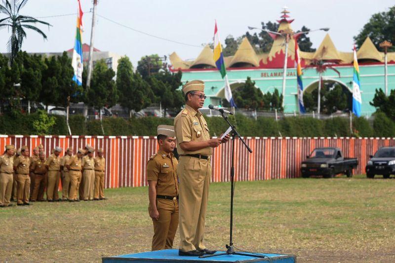 Sekretaris Daerah Provinsi lampung Sutono, pada upacara mingguan Pemerintah Provinsi Lampung di Lapangan Korpri Kantor Gubernur, Senin 4 September 2017.