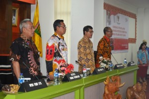Sekdaprov Lampung Sutono (dua dari kiri) pada rapat koordinasi percepatan pembentukan lembaga penjamin kredit daerah di Balai Keratun, Kantor Gubernur Provinsi Lampung, Jumat 8 September 2017.