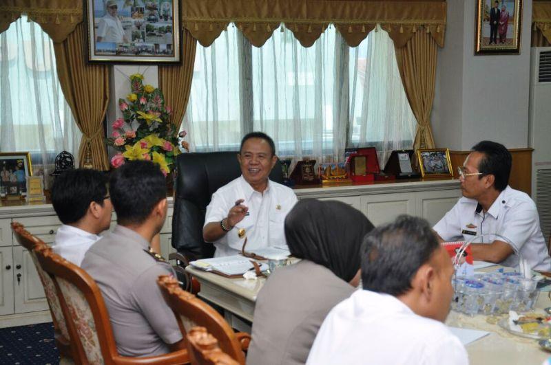 Wakil Gubernur Lampung Bachtiar Basri  saat memimpin rapat koordinasi pembahasan keringanan pembayaran hutang PKB dan BBNKB di ruang rapat Wakil Gubernur, Rabu 20 September 2017.