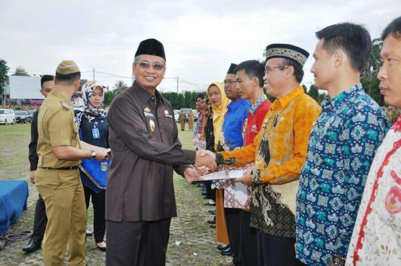 Sekretaris Daerah Provinsi Lampung Sutono saat memberikan penghargaan APN saat Upacara Peringatan Hari Pangan Sedunia (HPS) Ke-37 Tingkat Provinsi Lampung di Lapangan Korpri Komplek Kantor Gubernur Lampung, pada Senin 09 Oktober 2017.