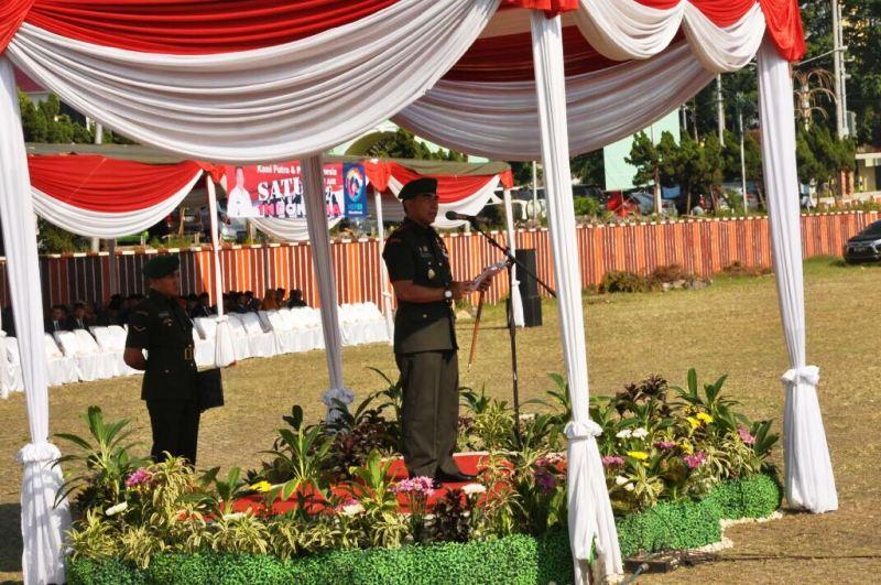 Danrem Hadi Basuki membacakan pidato tertulis Menteri Pemuda dan Olahraga Imam Nahrawi berjudul 'Pemuda Indonesia Berani Bersatu', di Lapangan Korpri, Kantor Gubernur Lampung, Senin 30 Oktober 2017.